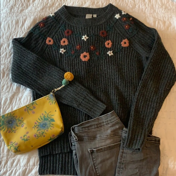 2/$30 🍾 | Grey Knit Sweater with Flower Detail